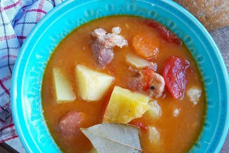 Pikantni lonac sa mesom, kobasicom i povrćem